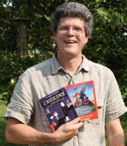 Eric Sanvoisin avec ses deux derniers livres sortis en juin